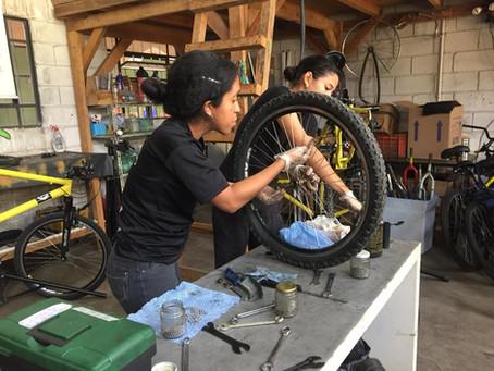 Tembici capacita e contrata refugiados para trabalhar como mecânicos de bicicletas