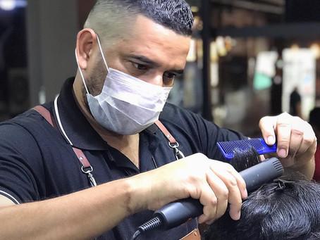 Profissionais venezuelanos conquistam clientes na barbearia Route 66 em Manaus