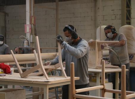 Fábrica de móveis contrata refugiados no interior de Minas Gerais