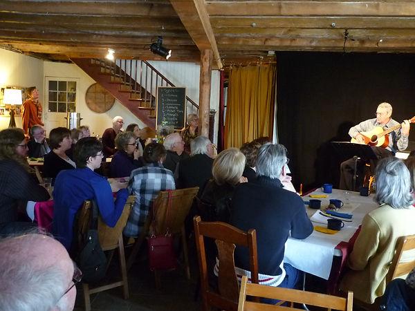 Un Déjeuner Paroles et Musiques, Jacques Montambeau sur scène.
