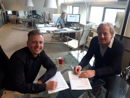 René tekent platencontract!