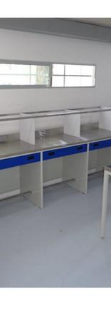 Mesa de trabajo con tarjas y gabinetes