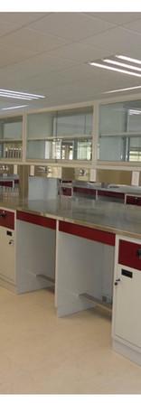 Estación de trabajo tipo isla con vitrina integrada.