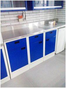 Mesa de trabajo con gabinetes inferiores y espacio a la medida para refrigerador.