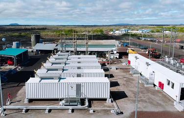Hybrid-Kraftwerk im Insel-Dauerbetrieb mit ökologischen Dual-Fuel-Motoren