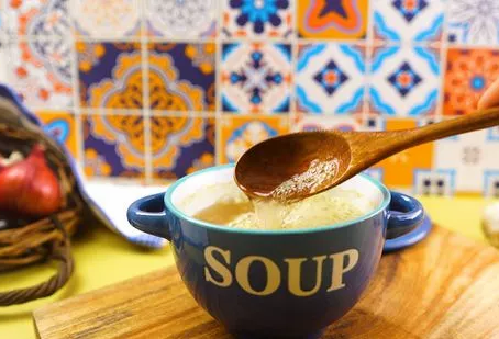 A SPOON DOES NOT KNOW THE TASTE OF THE SOUP