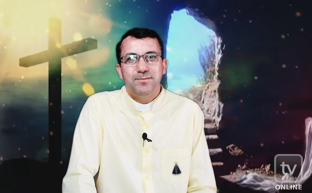 Padre Valter durante gravação no novo cenário de seu programa na TV Online