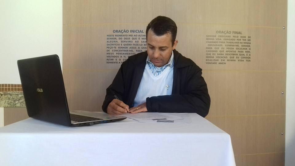 Padre Valter durante assinatura de contrato para apresentação do programa semanal Meditação da palavra