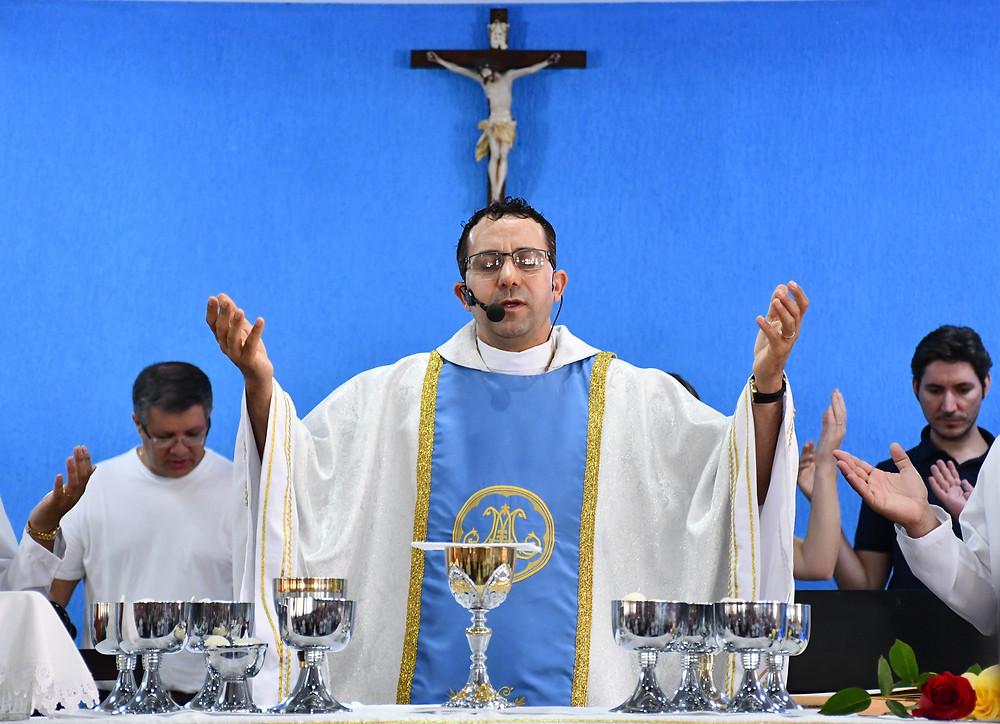 Padre Valter durante celebração