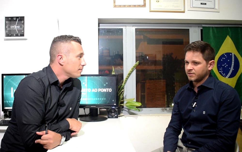 Dr. Fabricio Felix Carneiro durante gravação na TV Online