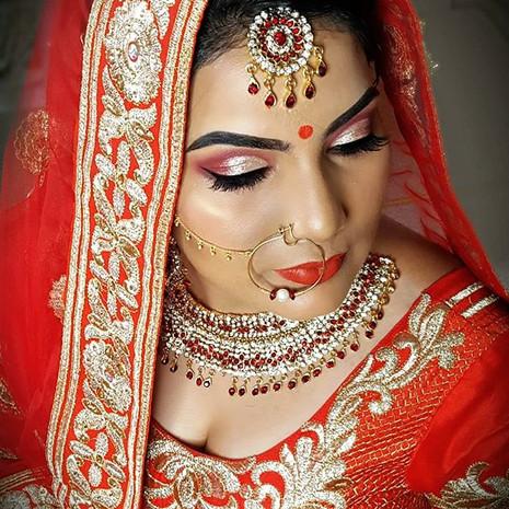 Sharma's _savvi_0030  makeup look. Dark
