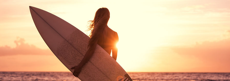 silhouette-surfer-girl-on-the-beach-at-s
