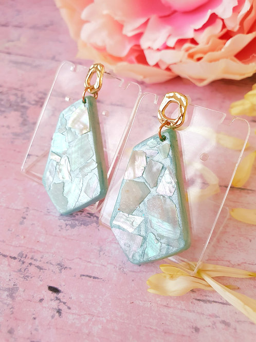 Light green pearl effect earrings decorated with seashell pieces