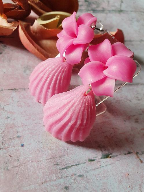 Gemstone effect flower and seashell earrings