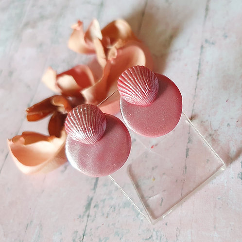 Pearl effect pink seashell ear studs