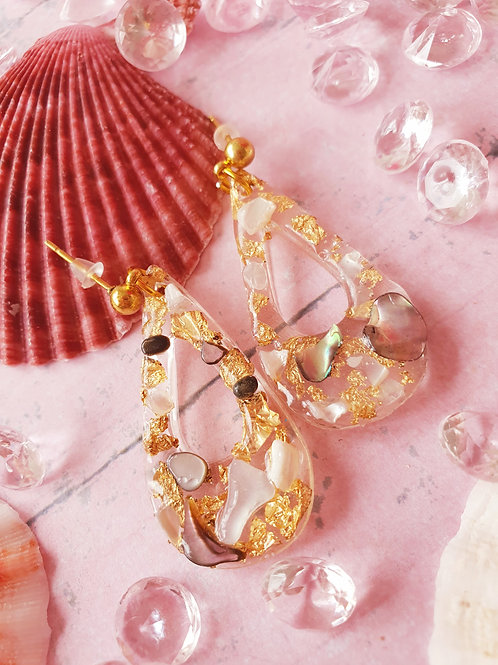 Teardrop earrings decorated with shell pieces