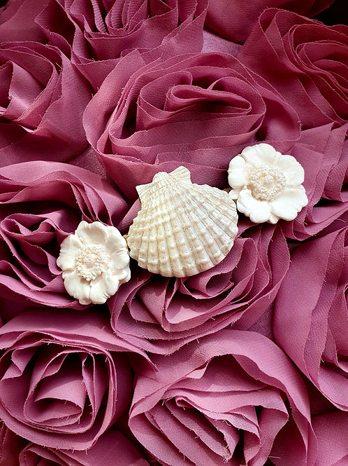 White flower and seashell hair barette - pearl effect