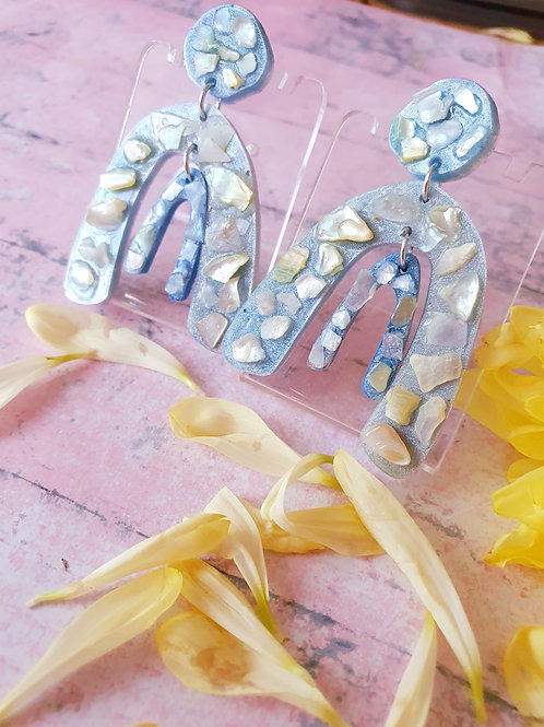 Pearl blue arch earrings decorated with seashell pieces