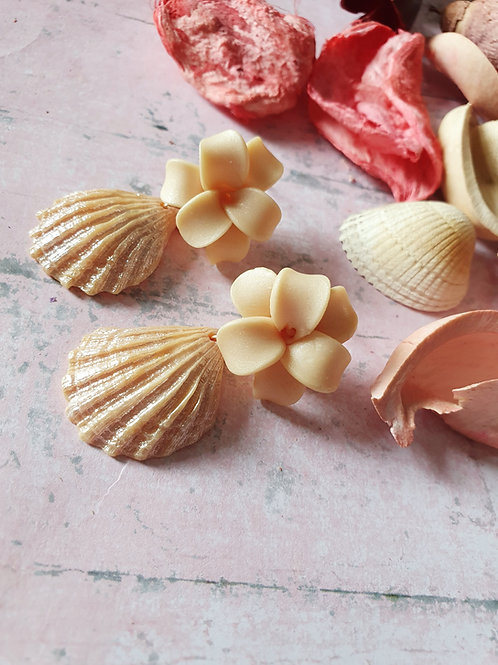 Cream pearl effect flower and seashell earrings