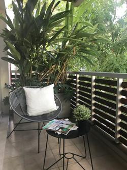 balcon con plantas y almohadones