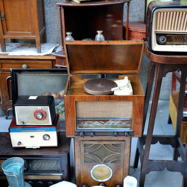 フリーマーケットや無線機器。