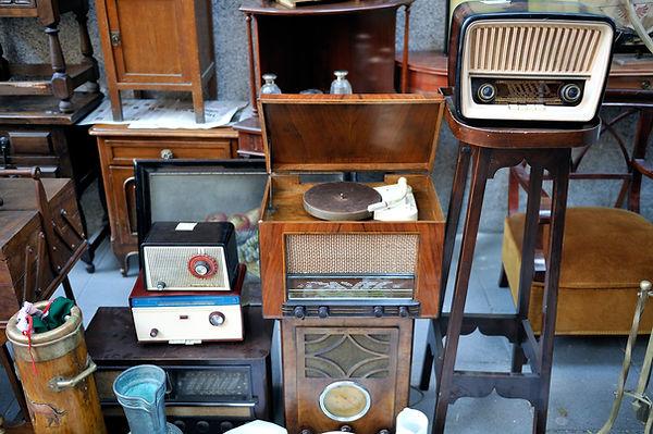Rommelmarkt en radioapparatuur.