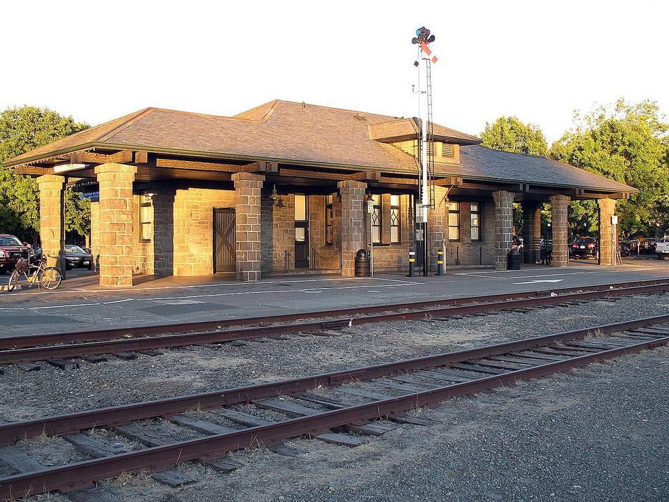 1280px-Santa_Rosa_Depot_Railroad_Square_