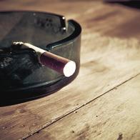 Streichen mit Nikotinfarbe.