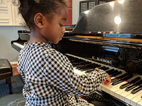 Beginner piano lesson on arm position