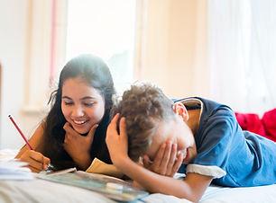 Дети делают домашнее задание