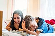 Zwei Kinder haben Spaß beim Deutschlernen.