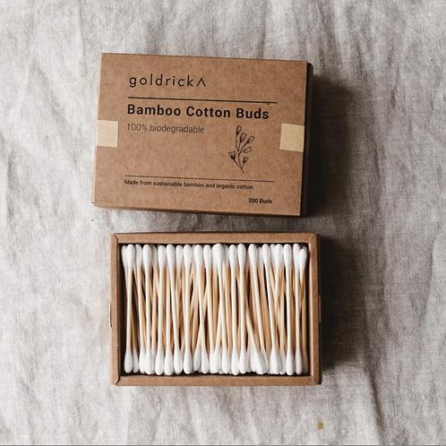 パッケージに並べられたオーガニックコットンと竹の芯で作られた綿棒と、パッケージ外観