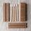 並べられた4本の竹製歯ブラシと4つの紙製中箱と紙製のパッケージ