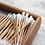 パッケージに並べられたオーガニックコットンと竹の芯で作られた綿棒
