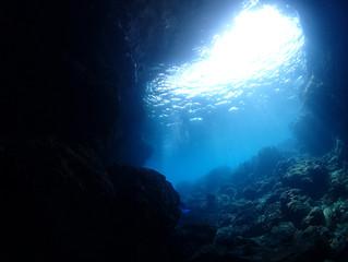 真栄田岬 青の洞窟でボートダイビング!
