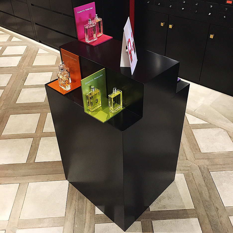 escentric molecules black display stand