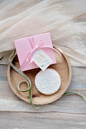 Картонена кутия с панделка, етикет и меденка