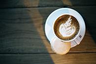 Latte macchiato su tavolo in legno