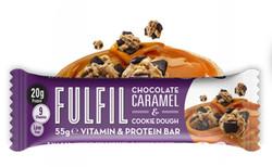 Csokoládés-karamellás-kekszes fehérjeszelet vitaminokkal csokoládé-bevonattal édesítőszerekkel