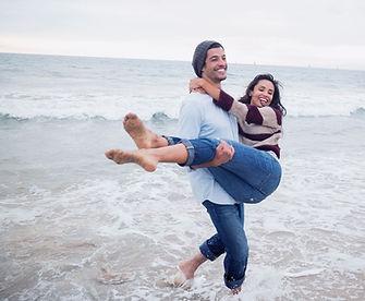 L'homme portant sa petite amie