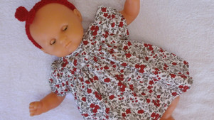 Robe à fleurs rouges et grises pour poupon 30 cm