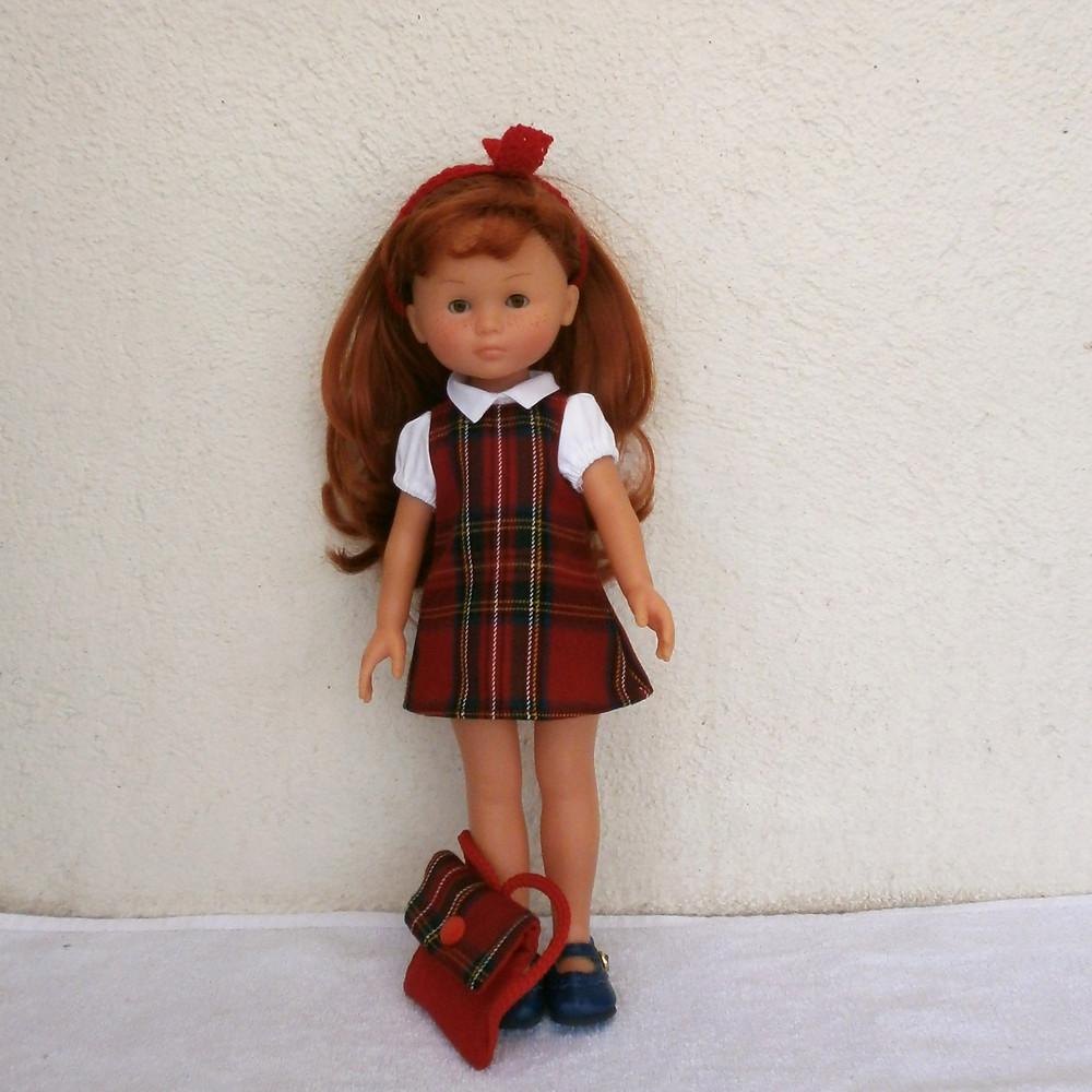 Pour Les Chéries de Corolle, une tenue d'écolière écossais rouge