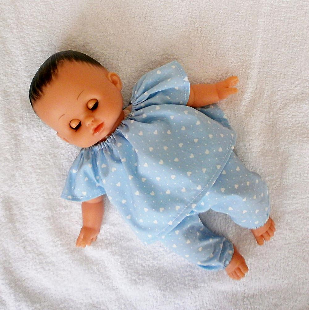 Pyjama bleu motif coeurs pour poupon Petitcollin