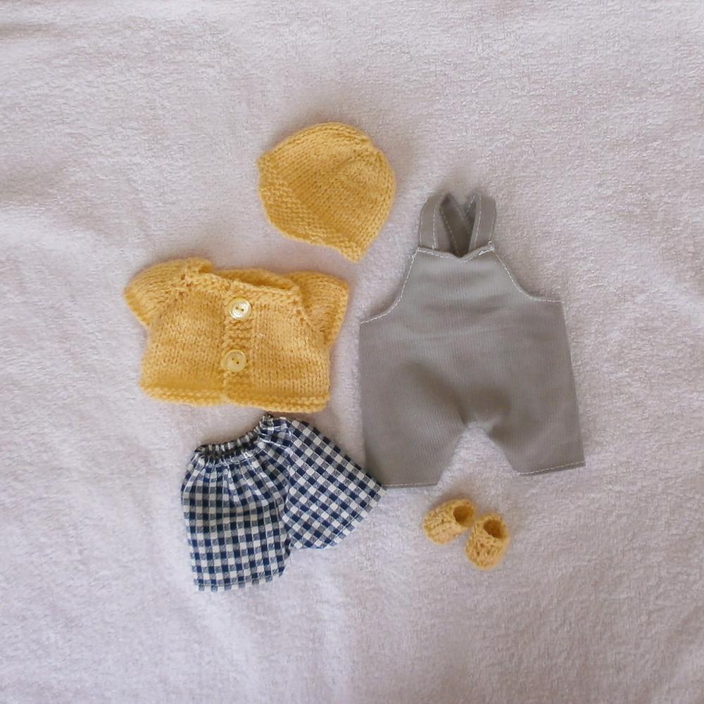 """""""Les Pitchouns"""", un lot d'habits pour mini poupon"""