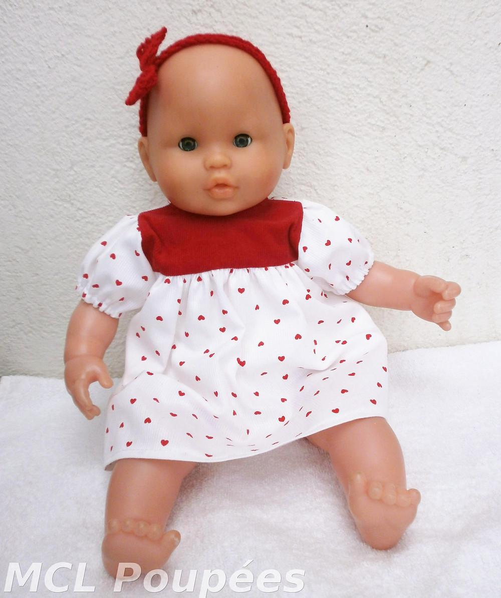 Une robe imprimée de petits coeurs rouges pour poupon de 36 cm