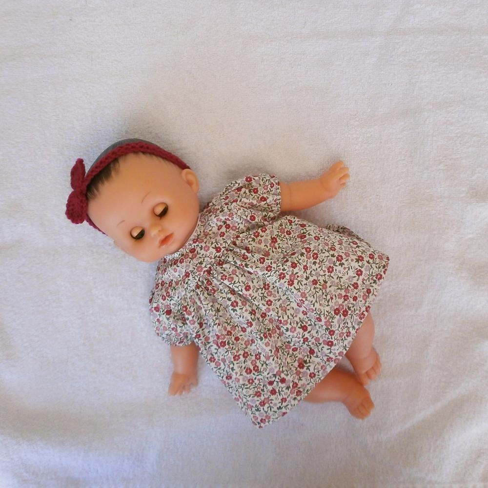 Pour poupon Petit Câlin de Petitcollin, une robe fleurie rose