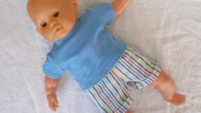 Short multicolore et T-shirt bleu pour poupon 36 cm corps souple