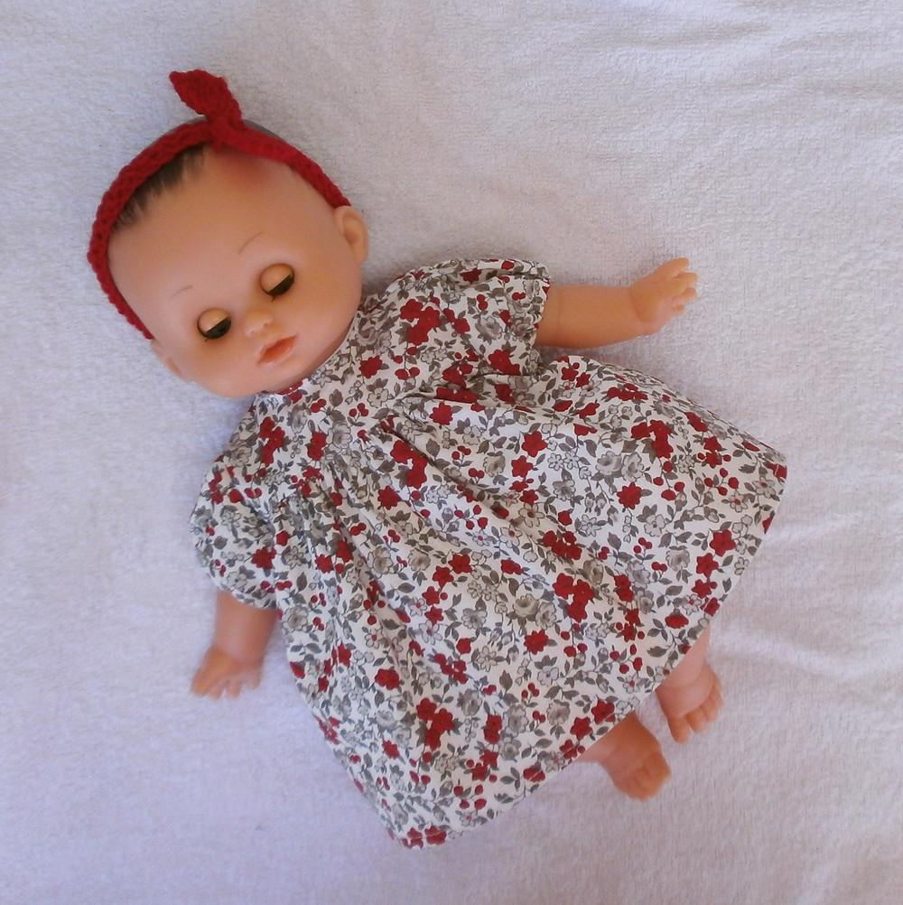Pour poupon Petit Câlin de Petitcollin, une robe fleuriefleurs