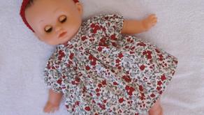 Robe fleurie rouge et grise pour Petit Câlin