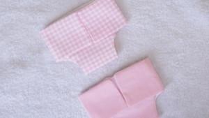 Couches roses pour poupon de 30 cm (unie, vichy)